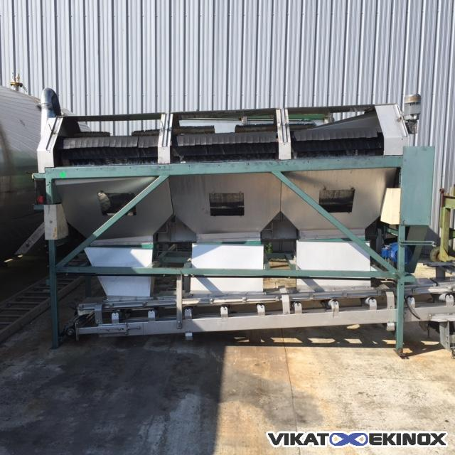 Horizontal pre-cleaner with its conveyor