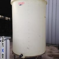Plastic tank 2500L on 4 legs