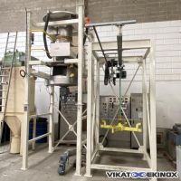 Big bag emptying station with hopper and screw